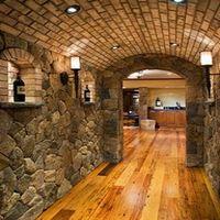 Декоративный камень в коридоре - фото