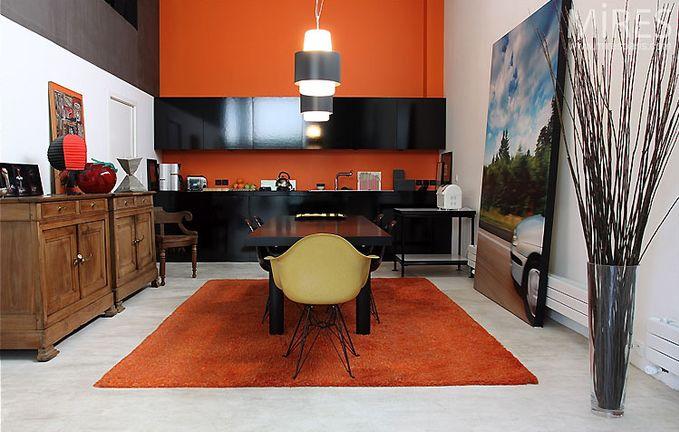 Оранжевая кухня с черной столешницей