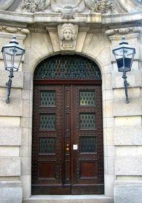 Фото отделки дверей декоративным камнем
