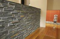 Отделка стен декоративным камнем на видео