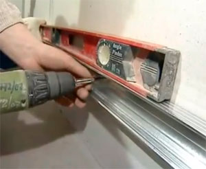 Подготавливаем стену для монтажа первого ряда плитки