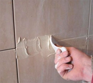 Затирка швов после укладки плитки на стену