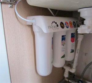 Устанавливаем фильтр для воды под мойку