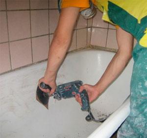Шлифовка ванны перед реставрацией эмали