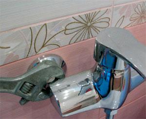 Последний этап монтажа смесителя в ванной