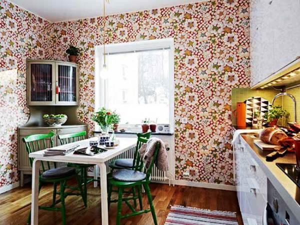 интерьер кухни с отделкой стен бумажными обоями