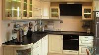 белая кухня с коричневой столешницей