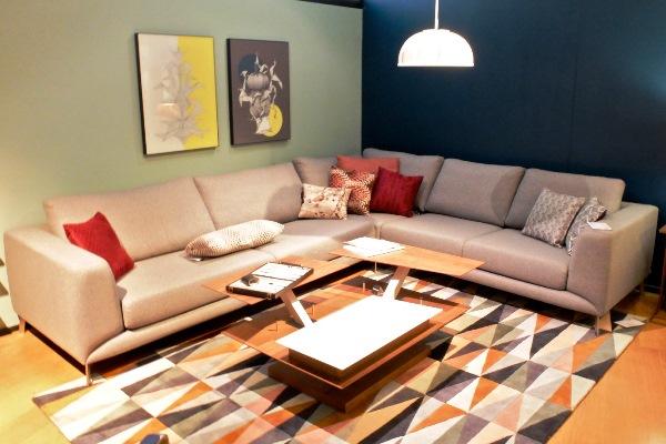 комбинирование обоев с угловым диваном в зале фото