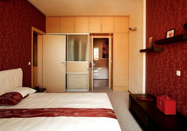 красные обои в спальне фото 3