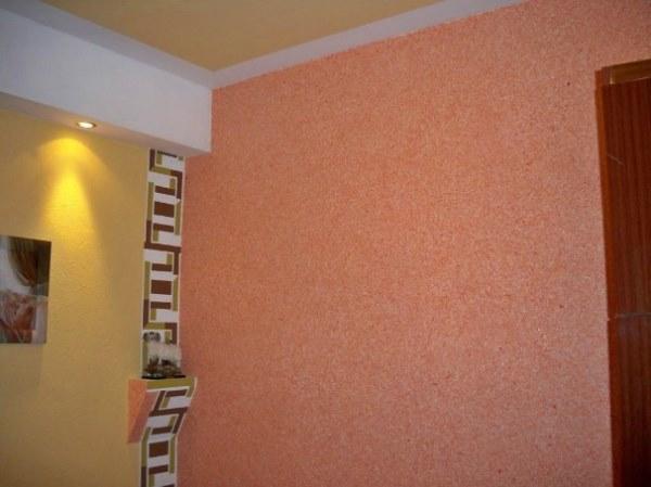 Разные обои на стенах в комнате