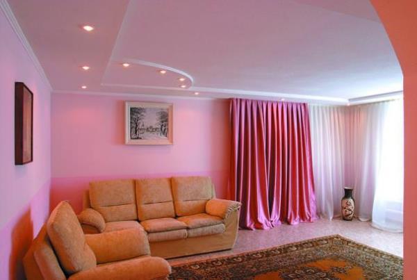 какие шторы подойдут к розовым обоям фото