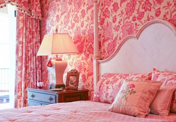 розовые обои в спальне фото