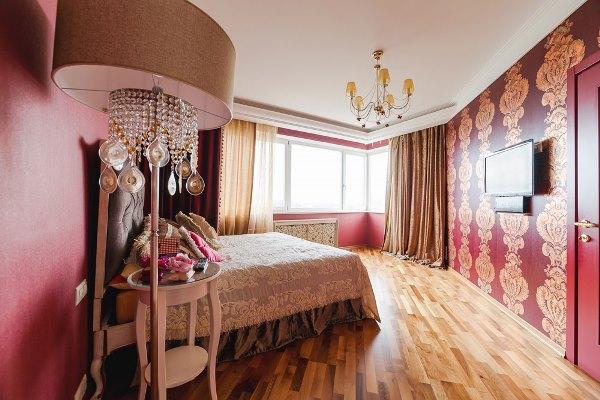шторы к розовым обоям фото