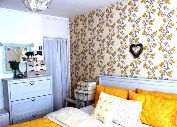 обои в спальню с цветами фото