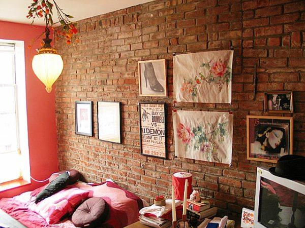 Отделка стен декоративным камнем и обоями фото
